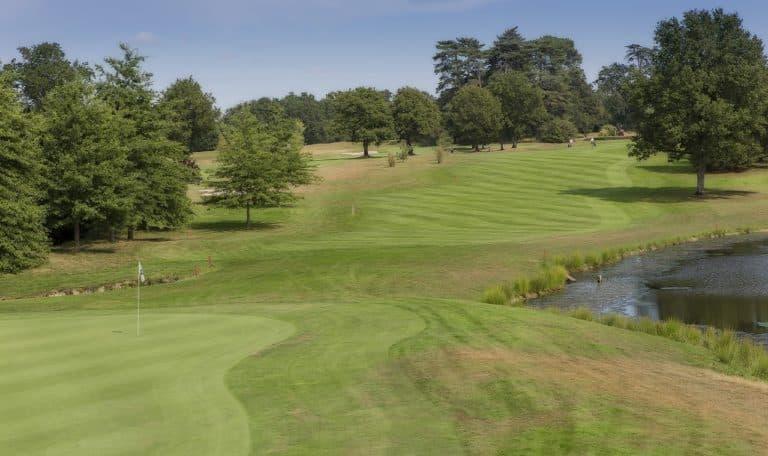 GOLF DE CARQUEFOU Green du 9 obstacle d'eau golfeurs entretien du parcours parfait
