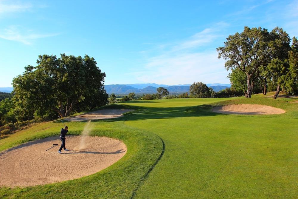 GOLF DE ROQUEBRUNE RESORT golfeur parcours 18 trous Provence