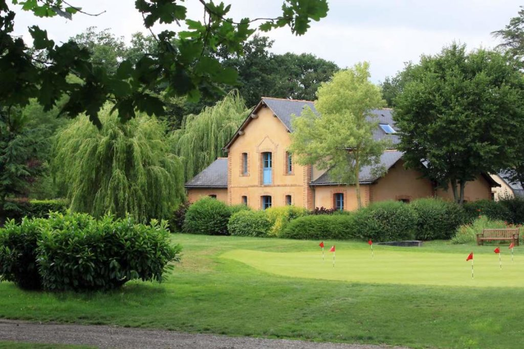 Golf-Anjou putting green club-house