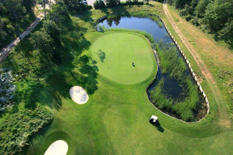 Golf de Barbaroux vue aerienne parcours de golf en Provence green putting golfeur voiturette