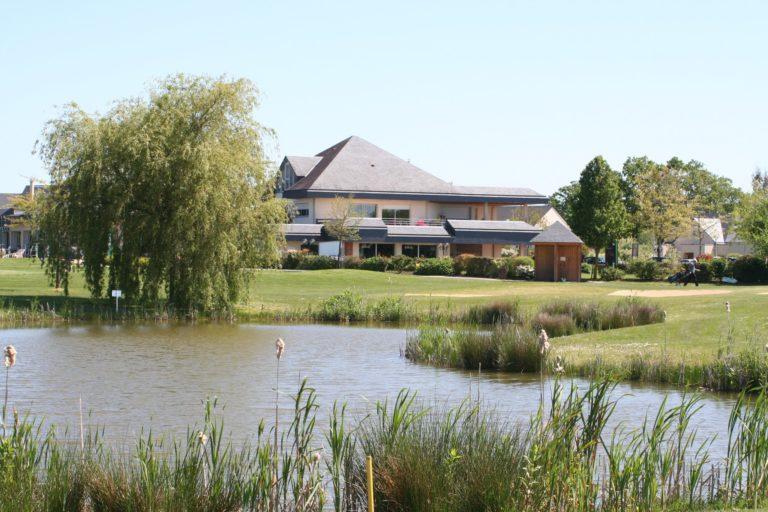 Golf de Laval La Mayenne Club-House green du 18 Etang lac Putting green