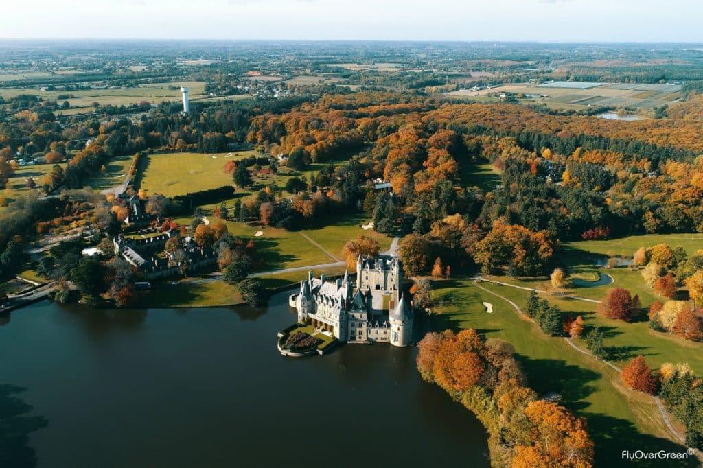 Golf de la Bretesche en automne vue aerienne arbres vegetation extraordinaire lac château couleur or