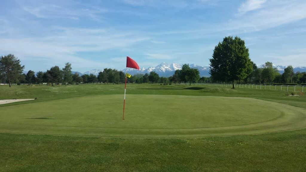 GOLF de l'HIPPODROME-LALOUBERE Vue montagne jouer golf