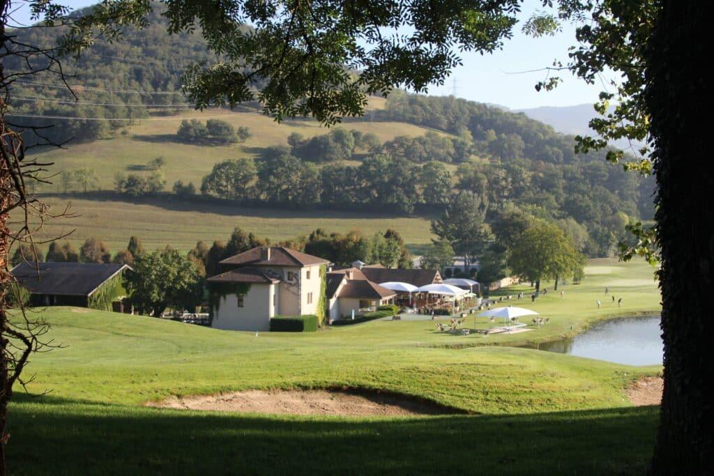 Golf de Bresson Grenoble Parcours Club-House grand green, des fairways larges et confortables, de nombreux bunkers, des buttes bien placées