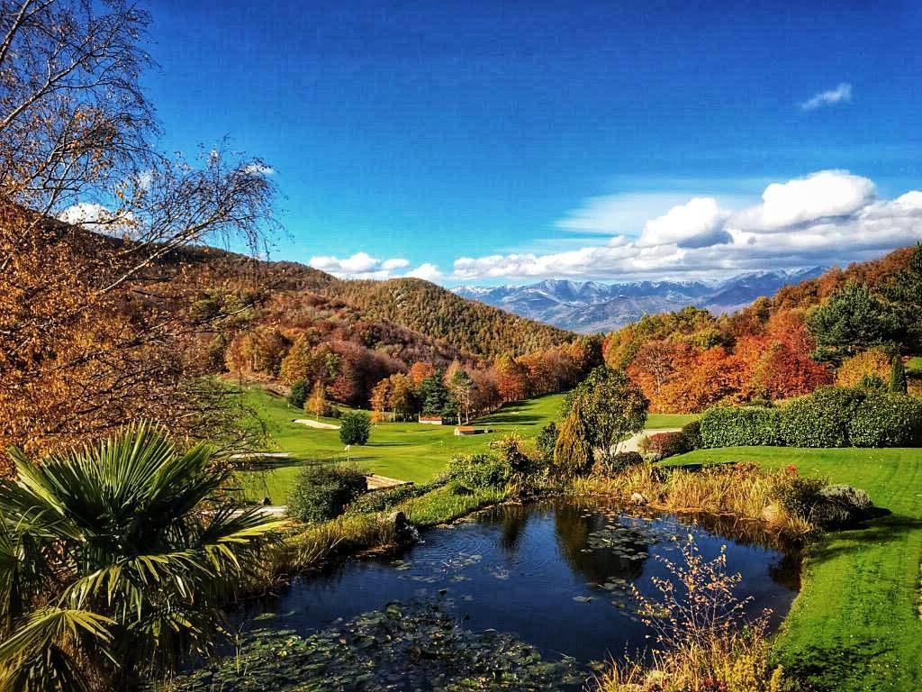 Golf de Falgos Parcours de golf Montagne fairway green automne