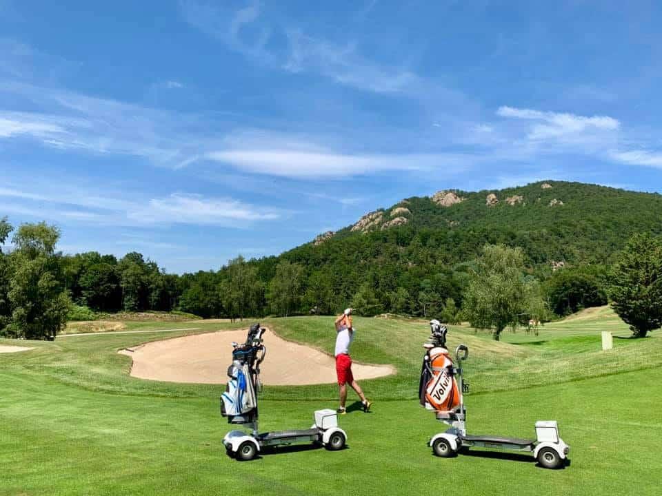 Golf de Falgos Parcours de golf golfeur et voiturette swing de golf