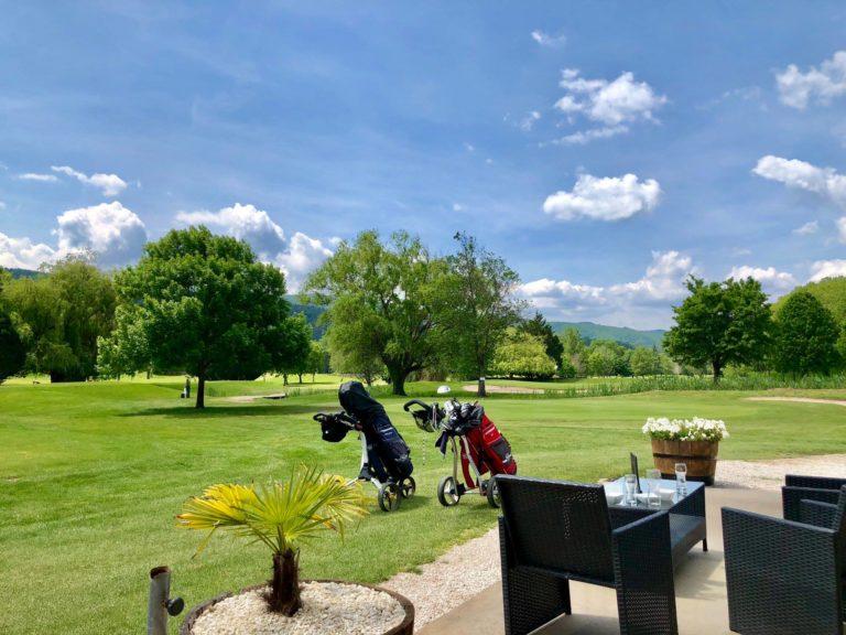 Golf de Lamalou-les-Bains parcours de golf Terasse restaiurant sac de golf
