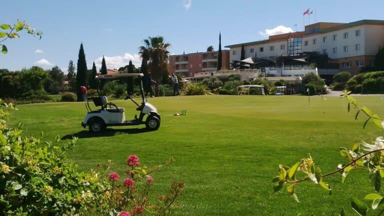 Golfeurs Voiturette Club-House Golf Resort Montpellier Fontcaude