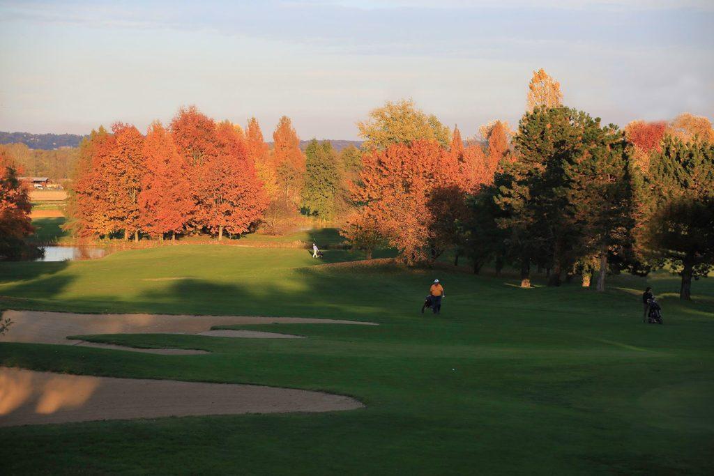 Parcours de golf du Beaujolais Automne Arbres Fairways golfeurs greens