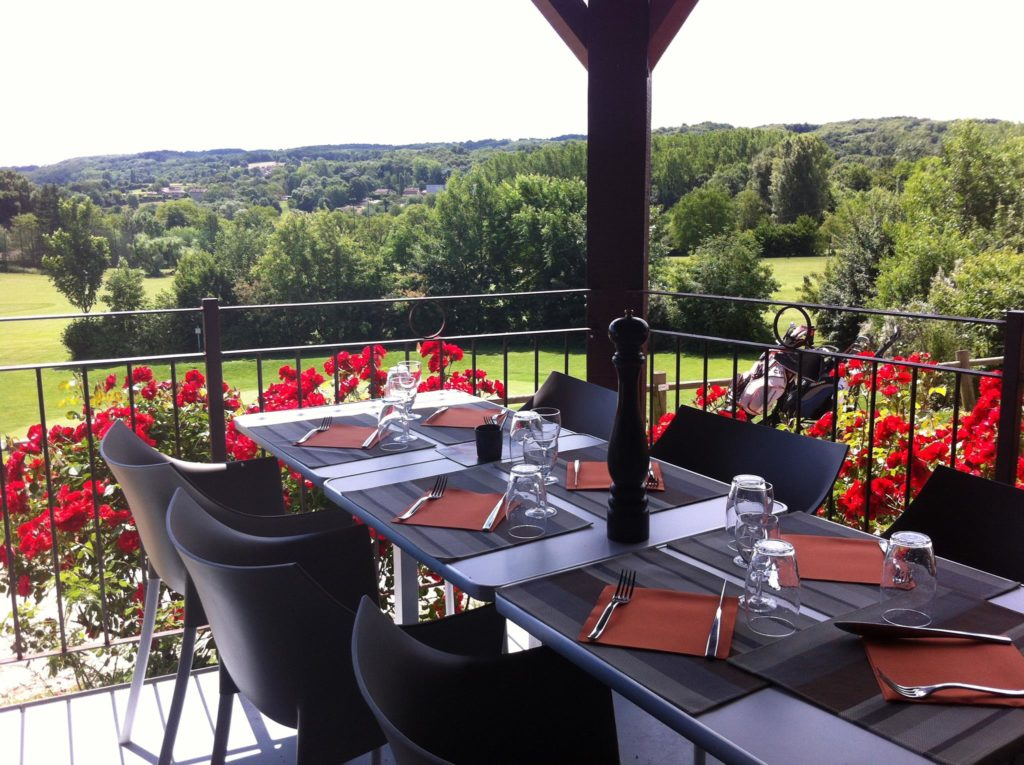Restaurant-Du-Golf-Des-3-Vallons-table