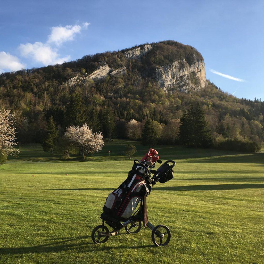 Un sac de golf et des clubs de golf sur le golf du Vercors Montagne