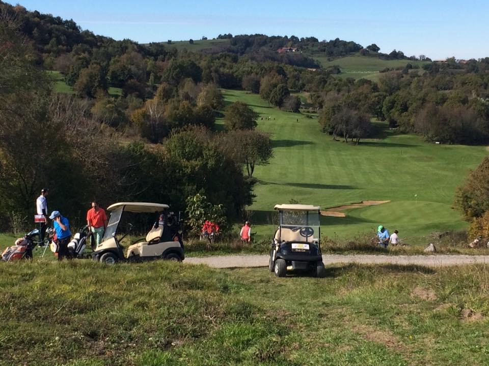 Voiturette et golfeurs parcours 18 trous Ecogolf Ariège Pyrénées