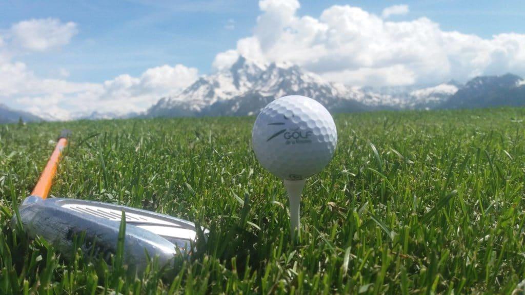 Vue sur les montagnes et balles de golf la Rosière
