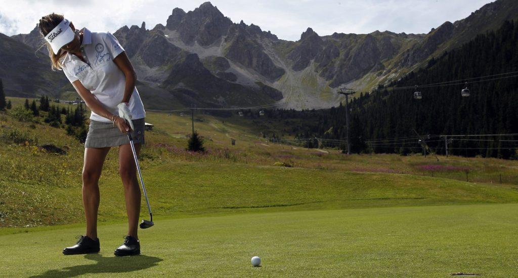 golf courchevel jolie golfeuse putting
