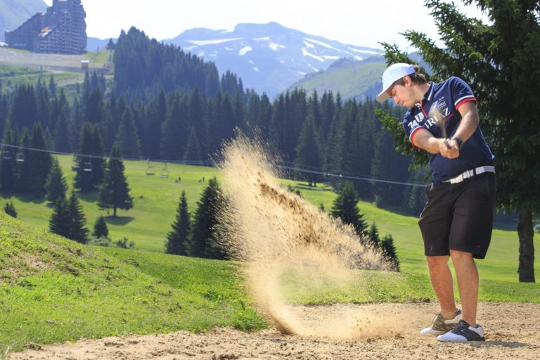 golfeur-sortie-de-Bunker-Avoriaz-golf-Club-Morzine-