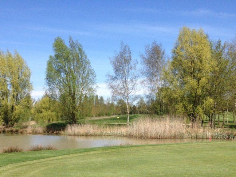 Golf de Saint-Quentin-Mesnil Green water obstacle island