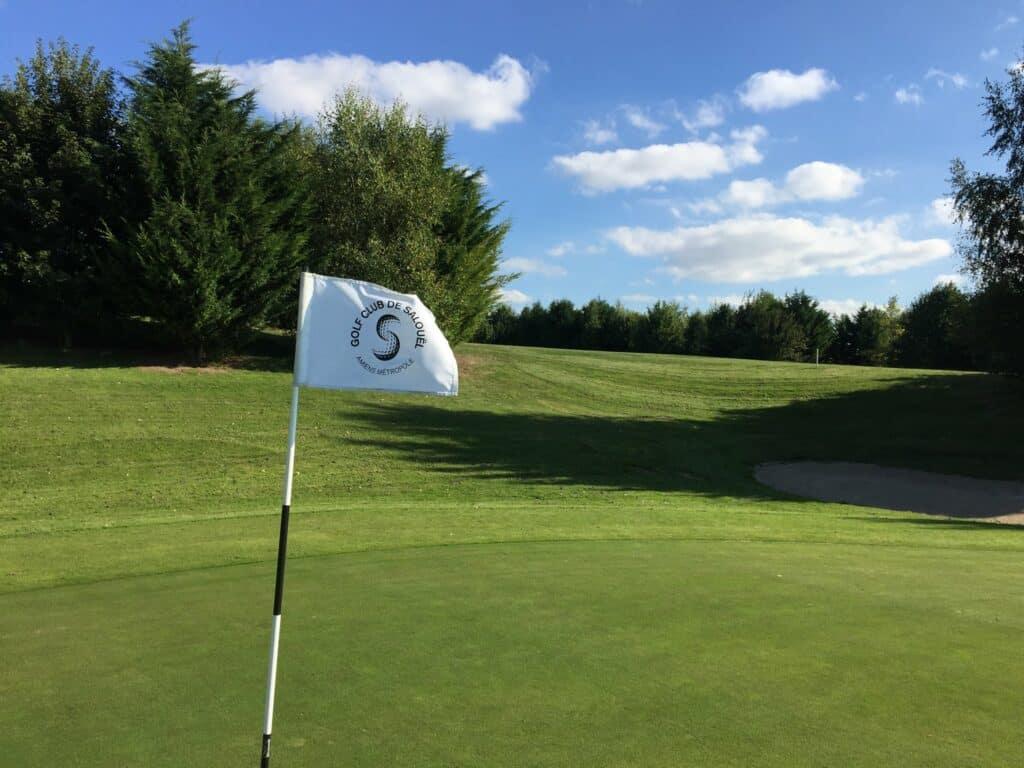 drapeau swing golfeur
