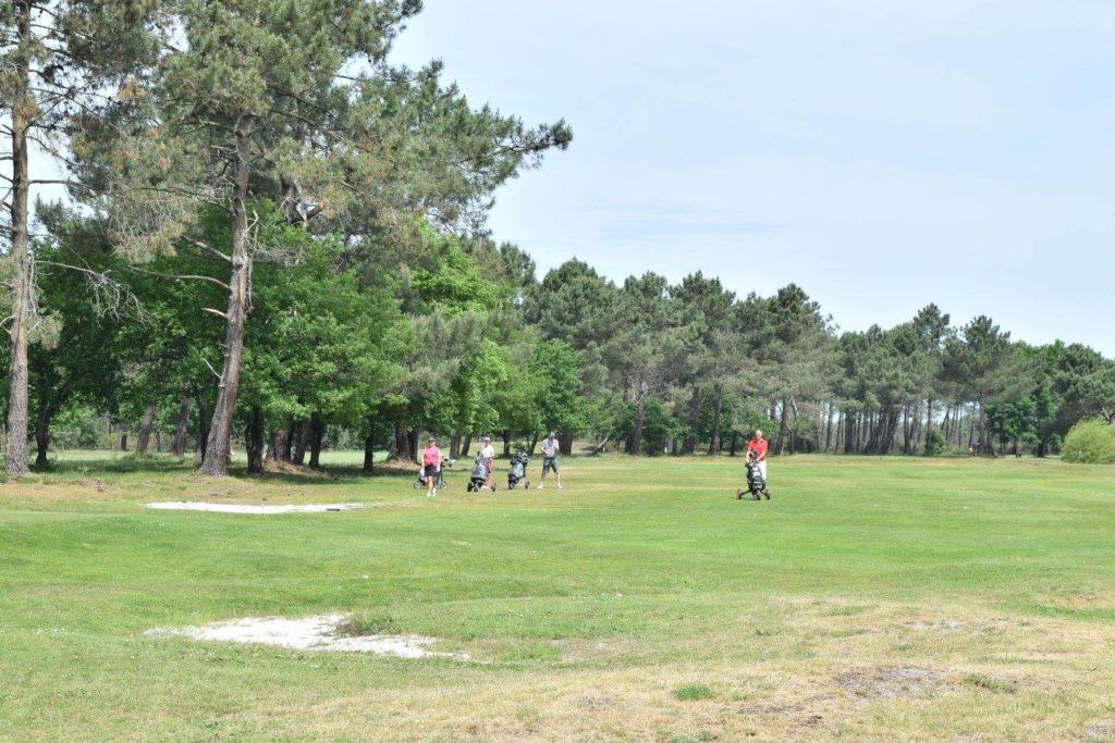 Golfeurs swing fairway Parcours de golf Golf des Aiguilles Vertes