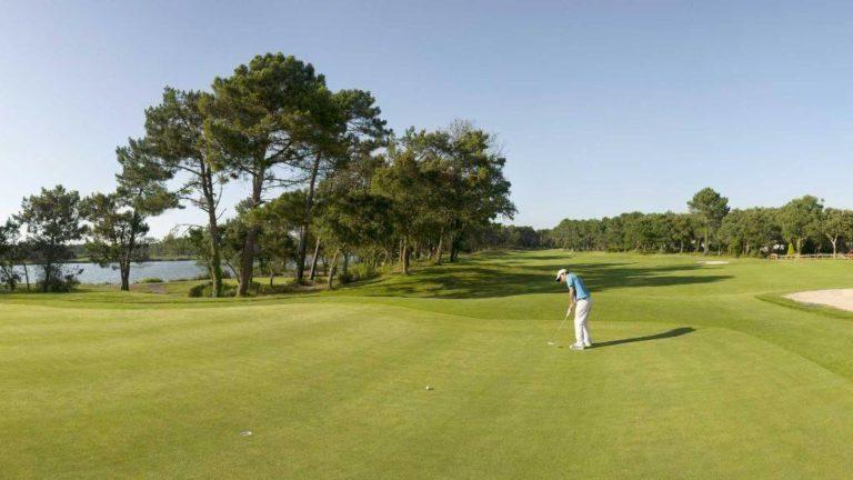 golfeurs putting pins green golf de Pinsolle