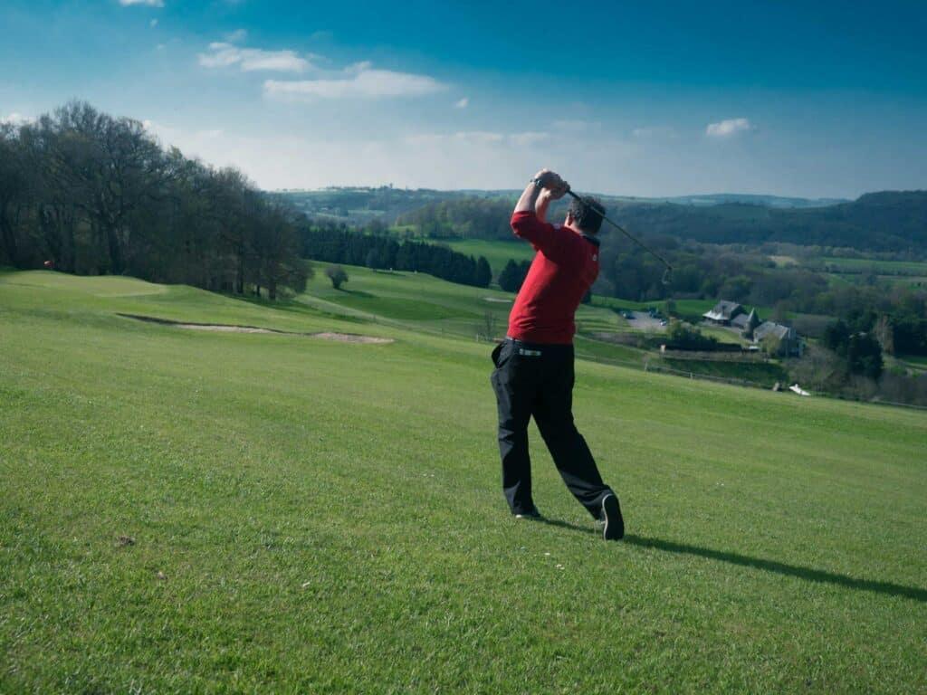 golfeur swing Domaine du Golf de Clécy
