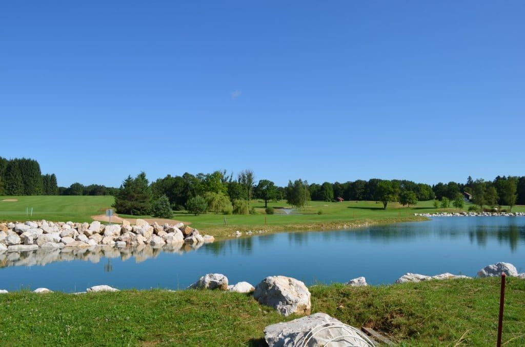 Golf de Besançon Obstacle d'eau Lac Green en Île