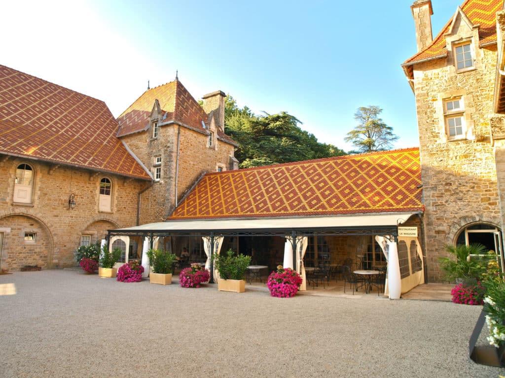 Golf du Château de Bournel Terrasse du restaurant chateau 19 eme siecle fleurs