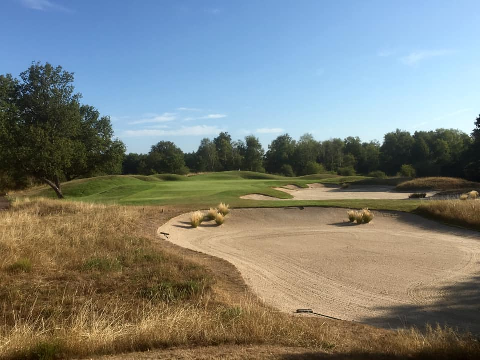 Green du 6 – Golf International des Bordes - grand bunker - rough épais - hautes herbes