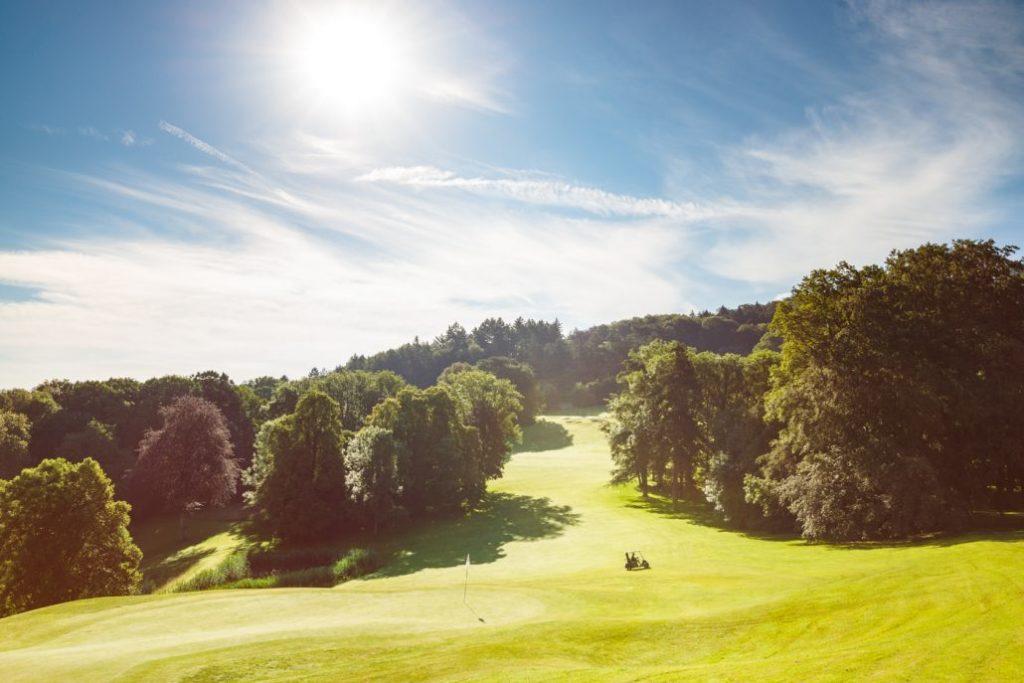 Parcours de golf golfeurs swing fairway green bunker roughe arbres Bournel