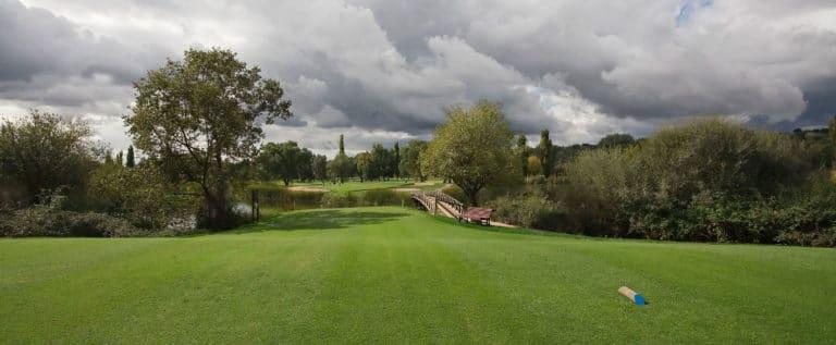 Club de Golf Lomas-Bosque VILLAVICIOSA DE ODON Espagne Green Fairway Bunker Depart bleu