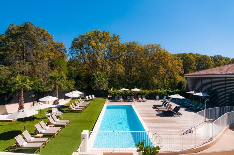 Hôtel SPA de Fontcaude Piscine transat soleil ciel bleu