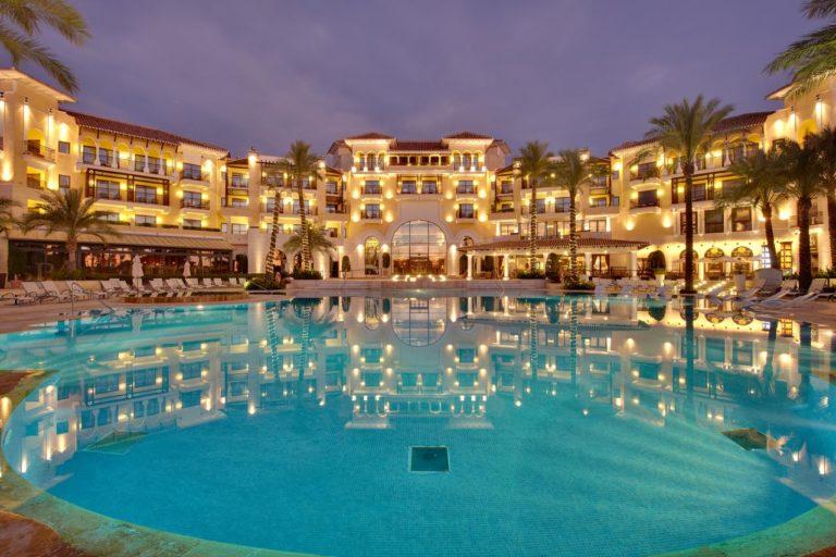 Caleia Mar Menor Golf & Spa Resort Photo de l'hotel la nuit