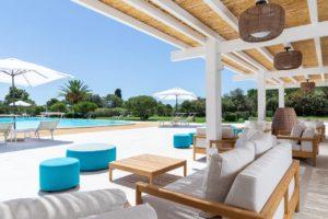 Complexe hôtelier Is Molas Resort Terrasse piscine parasol ciel bleu detente palmiers