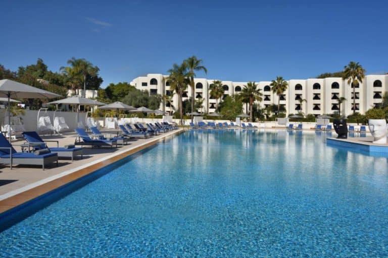 Fes Marriott Hotel Jnan Palace Piscine ciel bleu palmiers