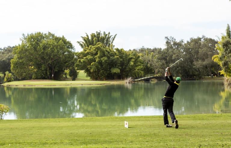 Royal Golf Dar Es Salam Rabat – Golffeur swing Par 3 en île obstacle d'eau